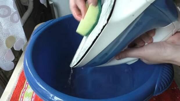 Очень простой способ очистки утюга изнутри и снаружи