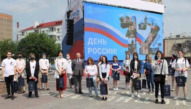 Депутат Мособлдумы поздравил выпускников Подольска с окончанием школы