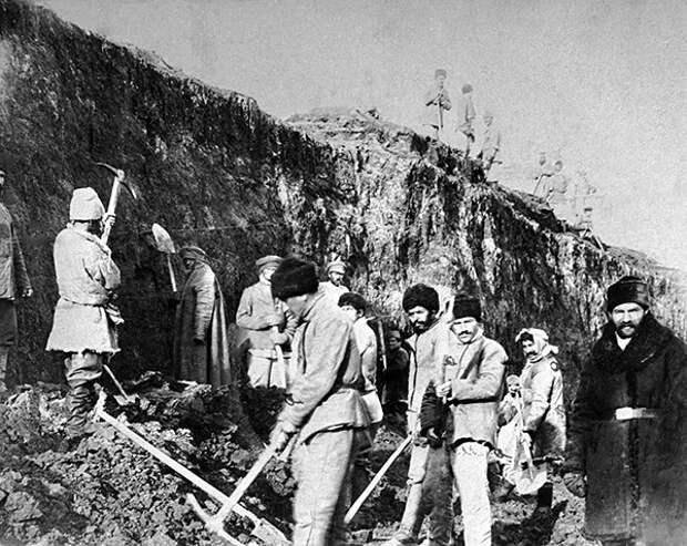 Ссыльные каторжники работают на каменоломне. Фото: РИА Новости