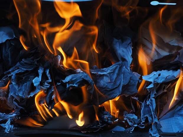 Вандалы подожгли контейнер для сбора макулатуры во дворе на Волгоградке