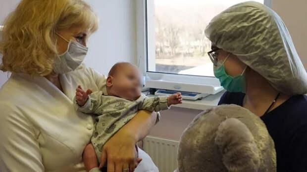 Помещающегося владошку ребенка спасли вРостове