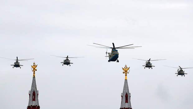 Военно-транспортный вертолет Ми-26 и многоцелевые вертолеты Ми-8АМТШ над Красной площадью на воздушном параде Победы в Москве, 9 мая 2020 года