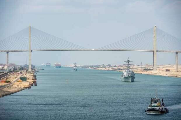 Человеческую ошибку назвали причиной блокировки Суэцкого канала