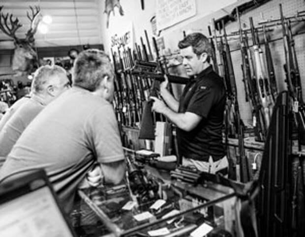 В оружейные магазины США едва ли не выстраиваются очереди