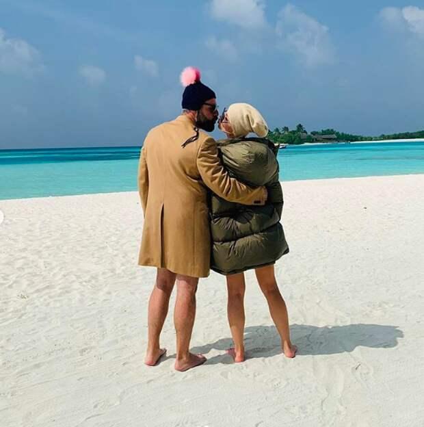 В Сети обсуждают фото Полины Гагариной в пуховике на пляже