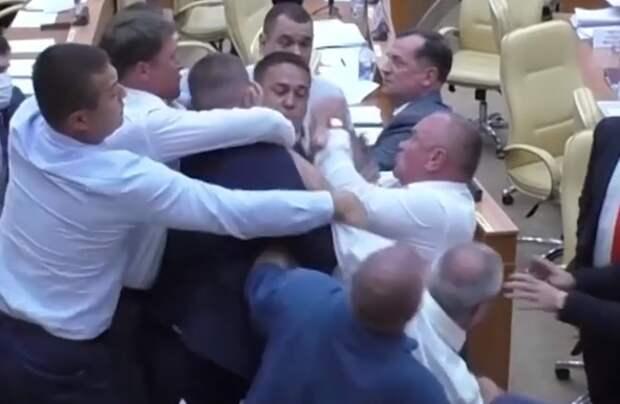 Чем не Рада: ульяновские депутаты учинили в парламенте массовую потасовку