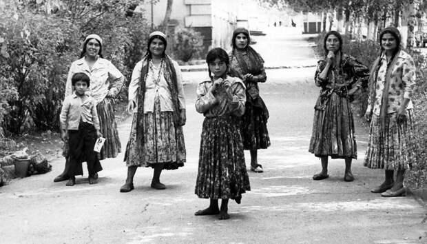 Как создавались цыганские колхозы в СССР, и смогла ли советская власть заставить работать этот народ