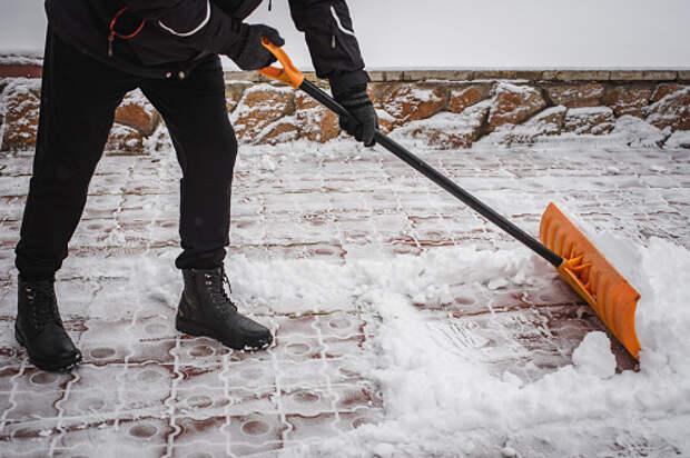 По просьбе жительницы у подъезда в Юрловском проезде убрали снег