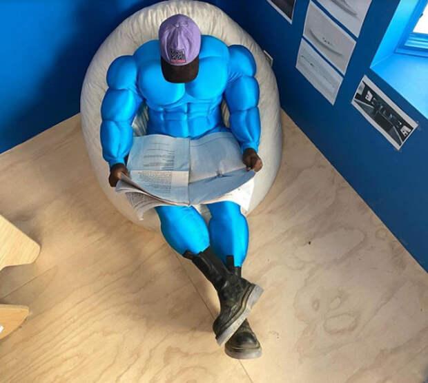 канье уэст в костюме супергероя