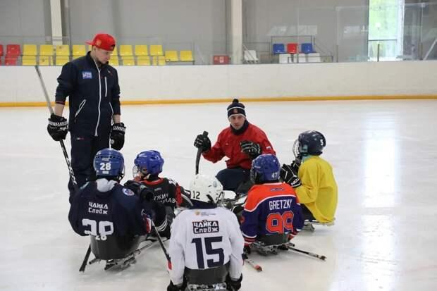 Следжикам даёт надежду лёд: детей с ограниченными возможностями учат играть в хоккей