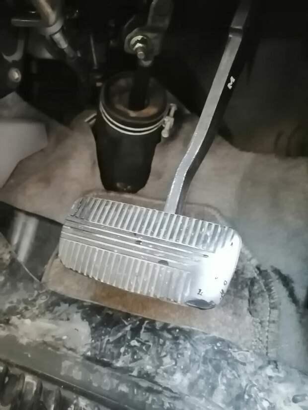 Почему глохнет двигатель при нажатии на педаль тормоза