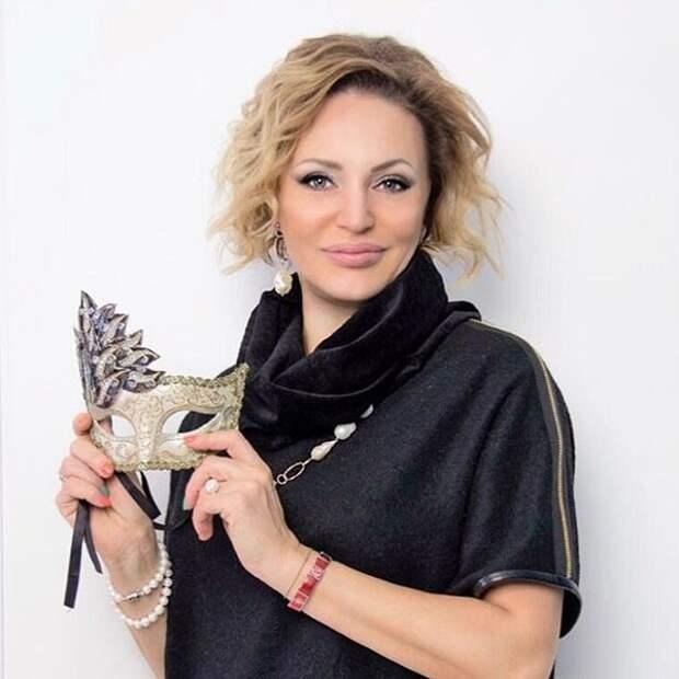 Самая сексуальная радиоведущая 90-ых Алла Довлатова.