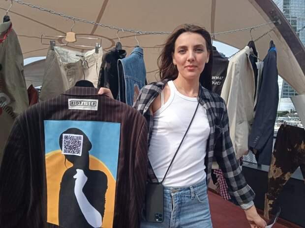 Итальянский пиджак Анна выловила в секонд-хенде, а художник его украсил / Фото: Татьяна Белоножкина