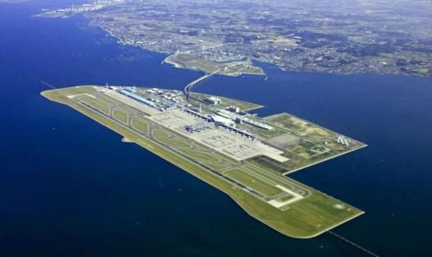 Осака, Япония Аэропорт Кансай За исключением мощной просадки, превысившей все расчетные величины, аэропорт Кансай является примером совершенства инженерной мысли. Поскольку свободная земля в Японии в дефиците, его решено было строить на двух искусственных островах, насыпанных рядом с Осакой. Но именно такое месторасположение и обеспечило Кансай местом в списке самых опасных аэропортов мира. А все потому, что воздушная гавань находится недалеко от сейсмически опасной зоны и района формирования тайфунов. Аэропорт периодически потряхивает, а в 1998 году над аэропортом прошел тайфун, правда, за счет своей конструкции зданию удалось выстоять.
