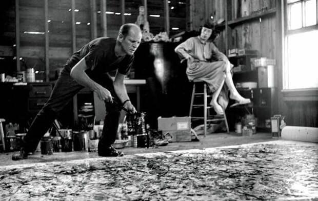 Джексон Поллок в своей домашней студии вместе со своей женой Ли Краснер. \ Фото: sohu.com.