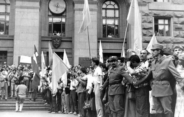 24 июня 1990 года. Поднятие украинского флага перед зданием на Крещатике