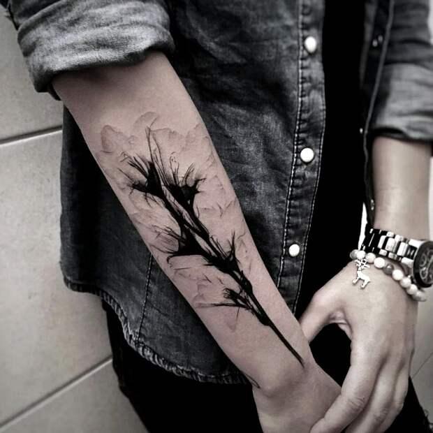 Татуировка с изображением цветов.