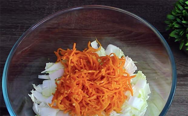 Витаминный салат всего из двух ингредиентов. Смешиваем пекинскую капусту и морковь, но все просят добавки