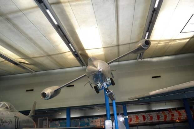 Турбореактивные двигатели самолета «Тридан» крепились к концам крыла, а ракетный находился в фюзеляже. Его основной объем занимало топливо – керосин для ТРД, весьма токсичное горючее и агрессивная азотная в качестве окислителя для ЖРД