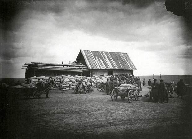Раздача хлеба в ссуду крестьянам в городе Княгинине.