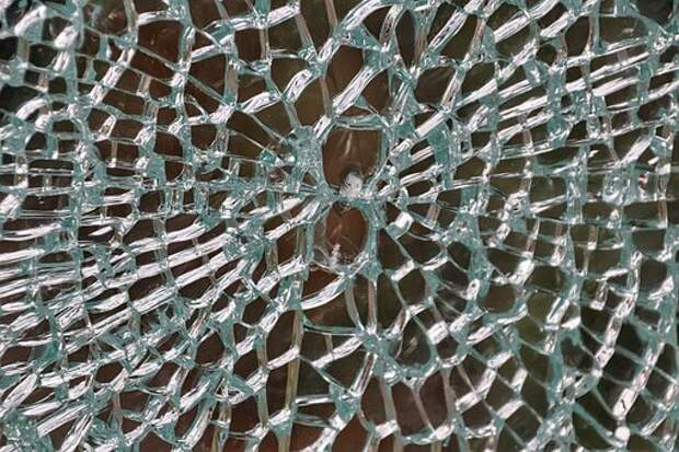 В подъезде дома на Ангарской заменили стекло двери