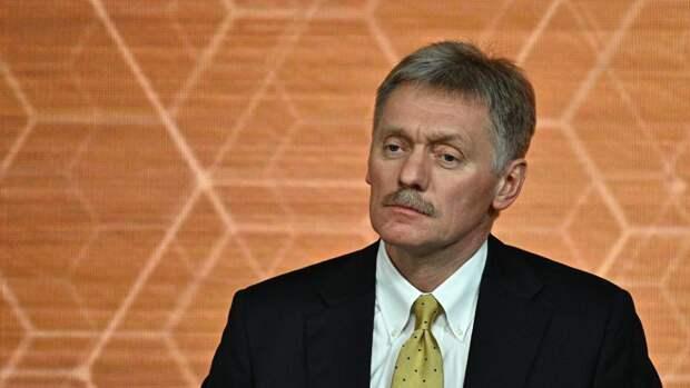 Песков назвал чудовищной кражу денег у сидевшего с Путиным на параде ветерана ВОВ