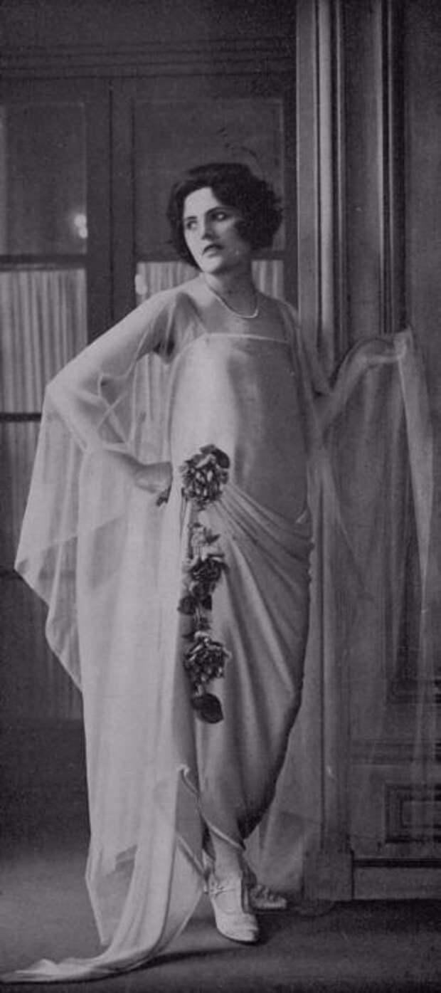 Королева бродвейских вечеринок в сногсшибательном наряде.