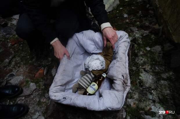 Художница, сделавшая эту работу, возмущалась — бутылки здесь не предполагалось, её положил кто-то из посетителей