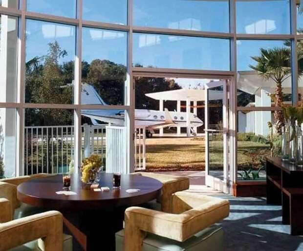 Благодаря панорамным окнам и стеклянным дверям открывается восхитительный вид на территорию особняка.   Фото: evdenhaberler.com.