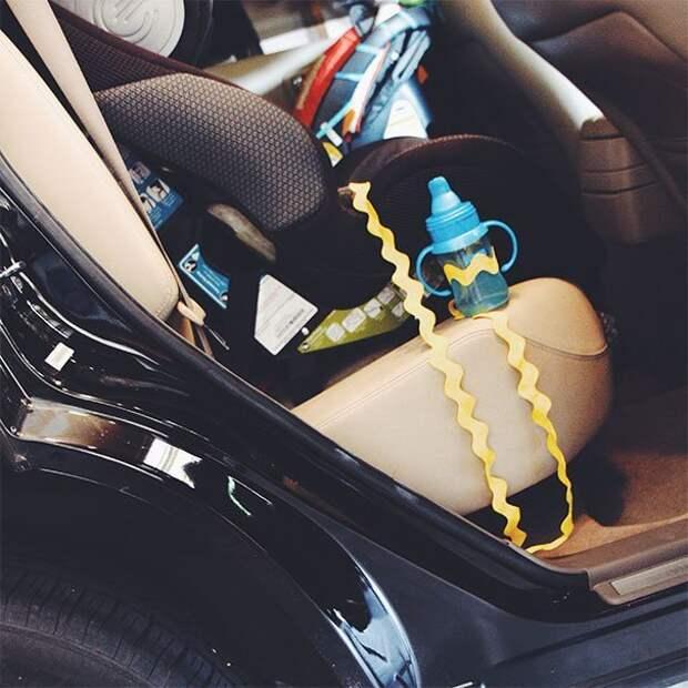 12. «Привяжите бутылочку к автокреслу, чтобы в дороге каждый раз не икать её под сиденьями» Хитрость, дети, идея, полезно, родители, совет, фантазия