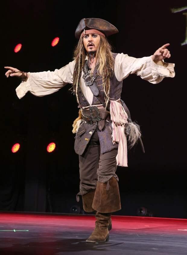 Джонни Депп всюду носит с собой костюм Джека Воробья