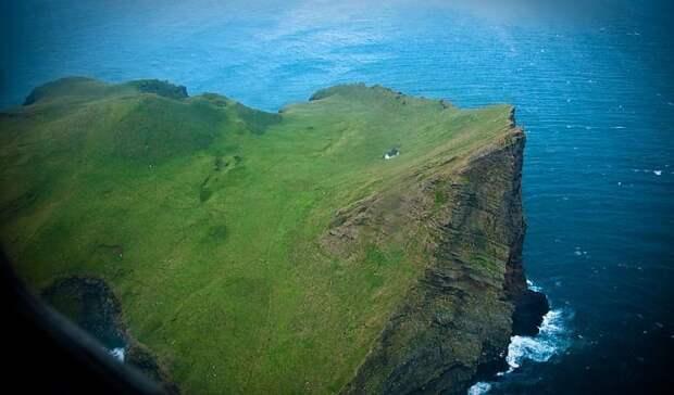 Среди вод Атлантического океана есть остров, который прославился на весь мир единственным домом (о.Эдлидаэй, Исландия).   Фото: mirkrasiv.ru.