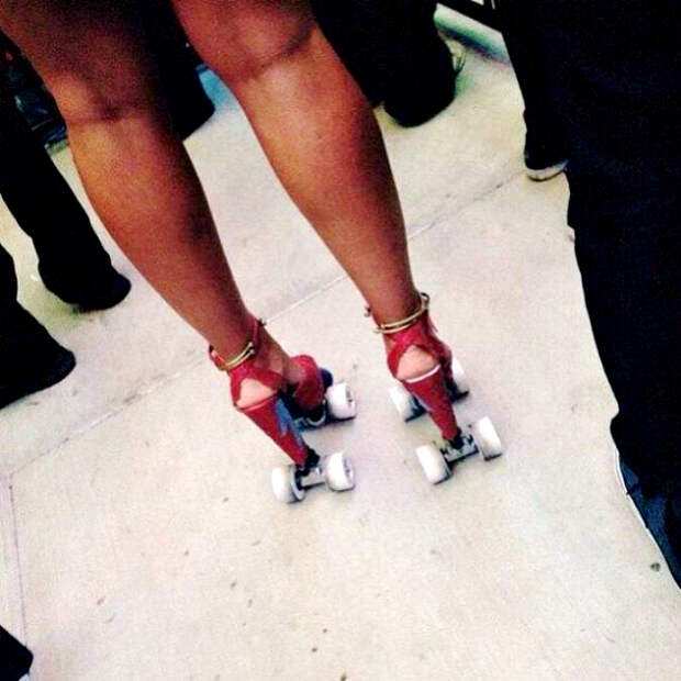 Босоножки на колесиках.