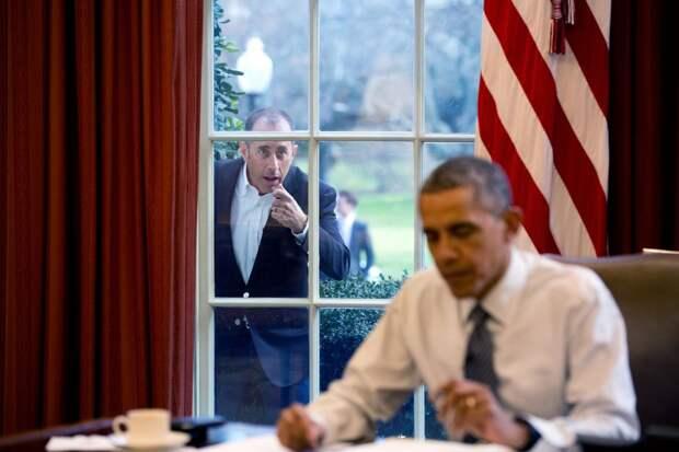 Американский комик Джерри Сайнфелд пытается привлечь внимание Обамы.