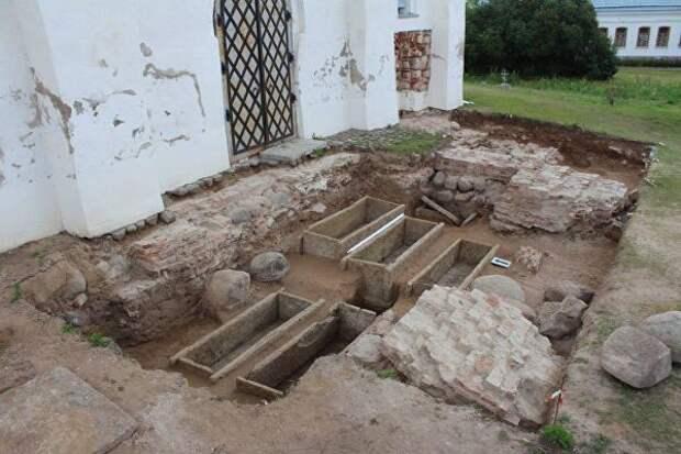 Каменные саркофаги, обнаруженные в Юрьевом монастыре