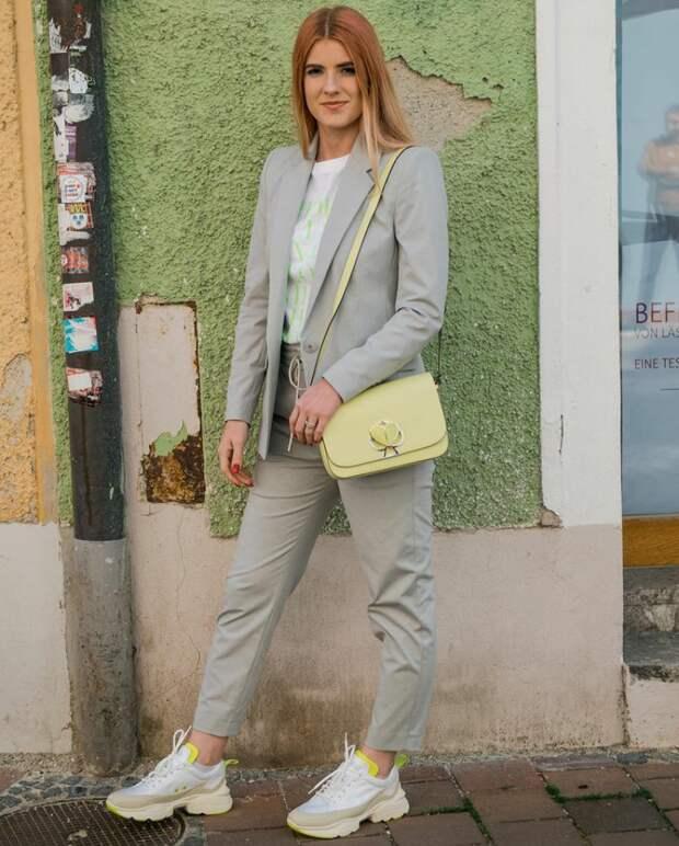 Почему в 2021 году, чтобы выглядеть стильно, женщинам стоит носить серое с желтым