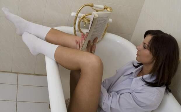 девушка делает ванночку с календулой для лечения геморроя