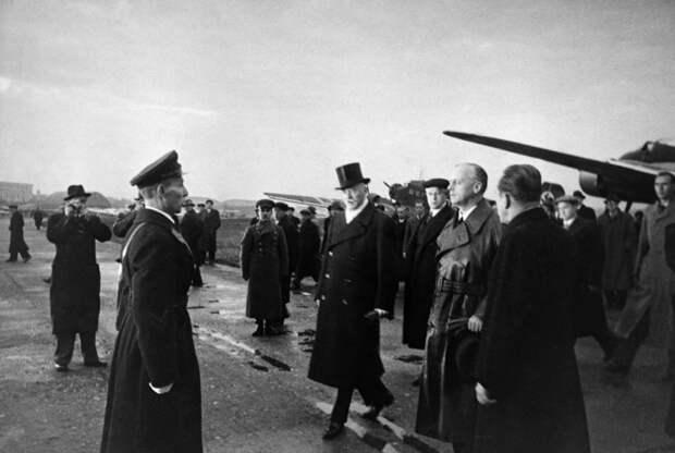 Риббентроп в аэропорту Москвы. 1939 год Фото: ©Sovfoto/Universal Images Group/EAST NEWS