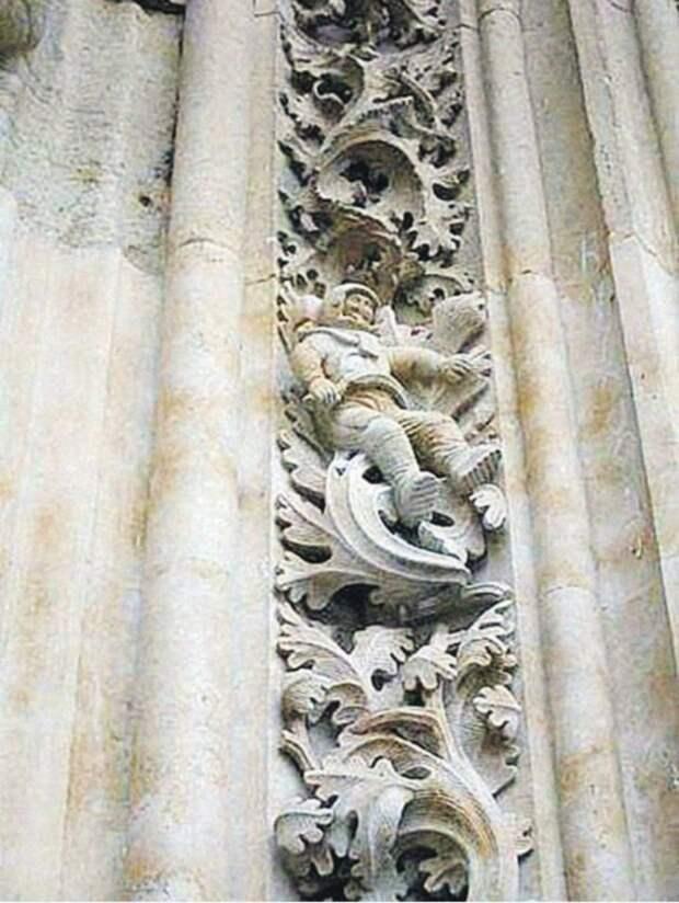 В средневековом соборе нашли барельеф с головой в медицинской маске: откуда она там взялась