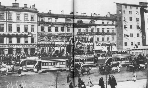 Невский проспект . На Невском проспекте в дни коронационных торжеств. Справа бутафорский фасад, скрывающий перестраиваемое здание Пассажа 1896.
