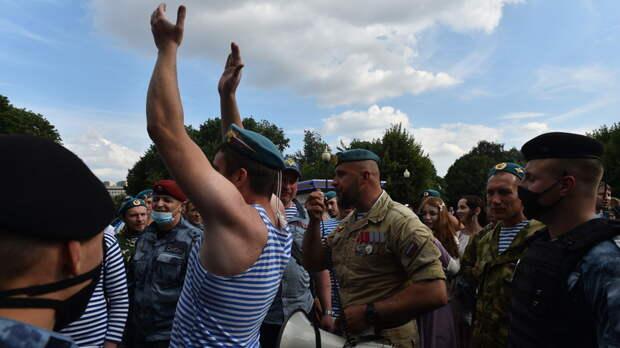 Десантники устроили потасовку с полицией в столичном Парке Горького