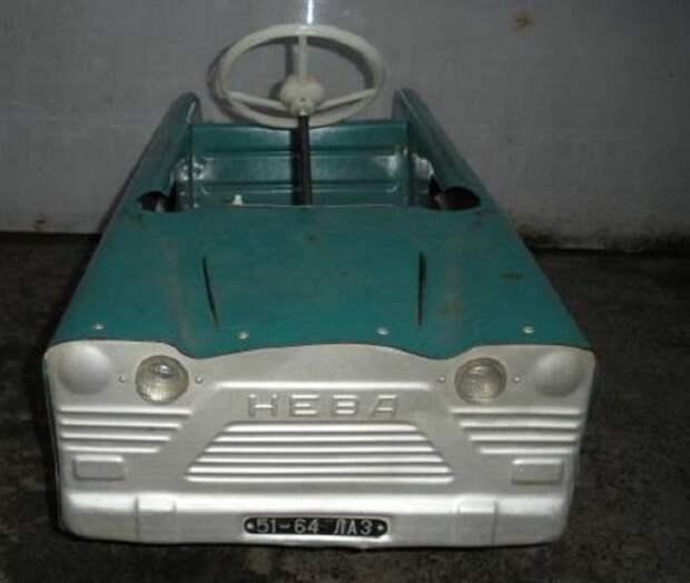 """Педальная """"Нева"""". По одной из легенд распространялись такие машинки в пионерские лагеря, до наших дней дожило очень немного экземпляров. СССР, детские автомобили"""