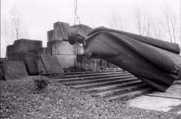 Борьба с памятниками в Польше.