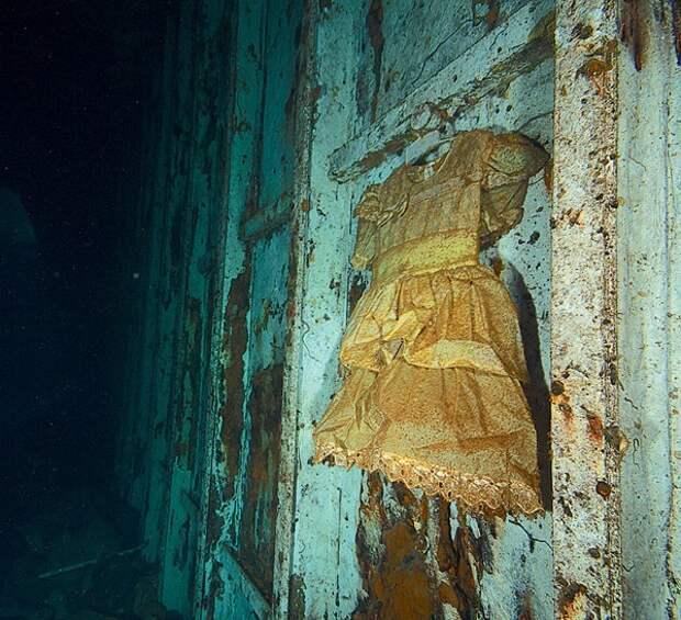 Дайверы проникли на затонувший корабль