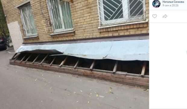 У дома на Смольной была восстановлена крыша пристройки
