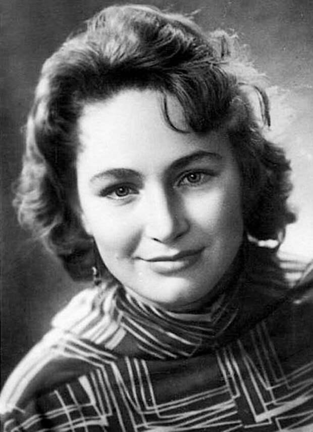 Как выглядела в юности несравненная Людмила Хитяева, и как расцветала ее пышная красота, изображение №5
