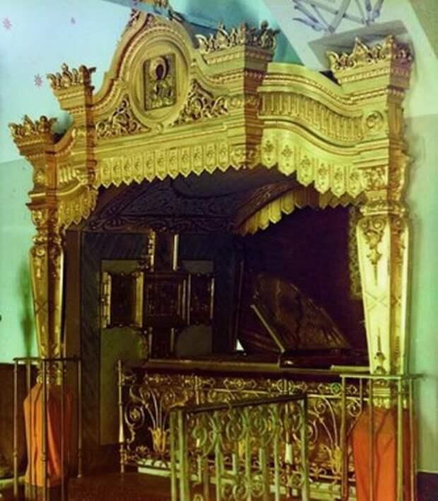 Рака с мощами преподобной Евфросинии Суздальской. Фотография С.М. Прокудина-Горского. Начало XX века