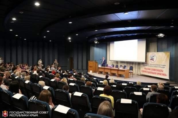 Владимир Константинов поприветствовал участников Международного научно-практического семинара преподавателей русского языка и литературы