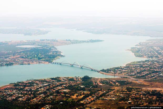 Мост JK в Бразилии назван в честь президента страны Жуселину Кубичека, основателя новой столицы города Бразилиа.