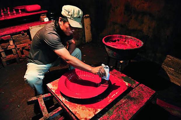 Известный китайский мастер декоративно-прикладного искусства Ли Чжиган за работой